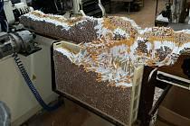 Daňová Kobra odhalila skupiny, které nelegálně zpracovávaly tabák. Policisté a celníci našli i miliony kusů cigaret.