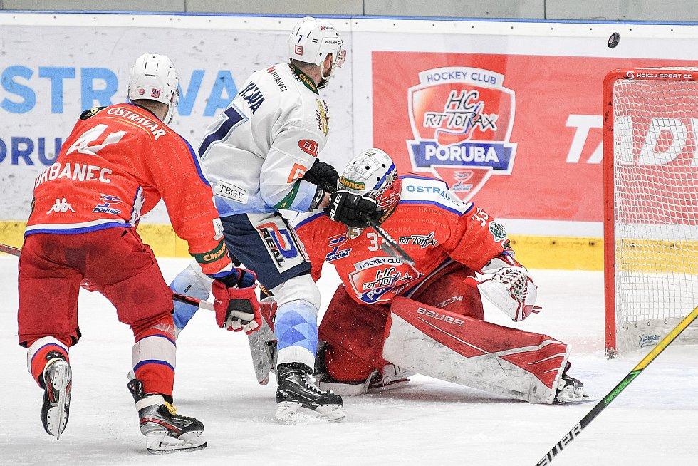 Utkání semifinále play off Chance ligy - 4. zápas: HC RT TORAX Poruba 2011 - Rytíři Kladno, 7. dubna 2021 v Ostravě. (Zleva) Nicolas Hlava z Kladna a brankář Poruby Frederik Foltan.