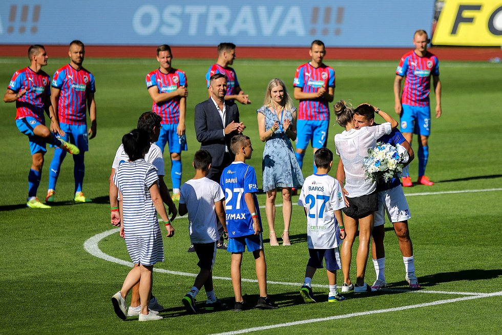 Utkání 4. kola nadstavby první fotbalové ligy, skupina o titul: Baník Ostrava - FC Viktoria Plzeň, 5. července 2020 v Ostravě. Milan Baroš s rodinou.
