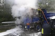 Z tatrovky, která převážela stavební materiál, v úterý dopoledne vyšlehly plameny. Foto: HZS MSK