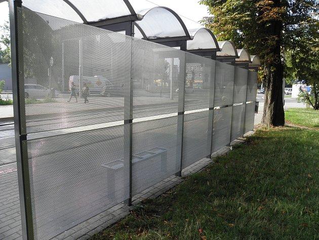 Utramvajové zastávky ve směru do centra Ostravy byly skleněné tabule nahrazeny perforovaným plechem.