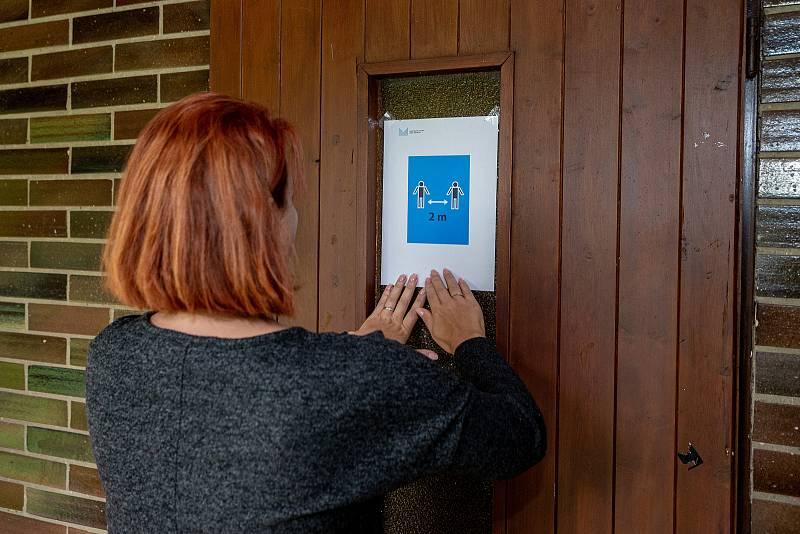 Lidé hlasuji ve volbách do Poslanecké sněmovny, 8. října 2021 ve Frenštátě pod Radhoštěm. Volební komise připravuje volby.