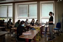 Žáci IX. A na ZŠ Sekaniny v Porubě se připravují na jednotné přijímací zkoušky z českého jazyka, 12. května 2020 v Ostravě. Učitelka českého jazyku Lenka Vejrová.