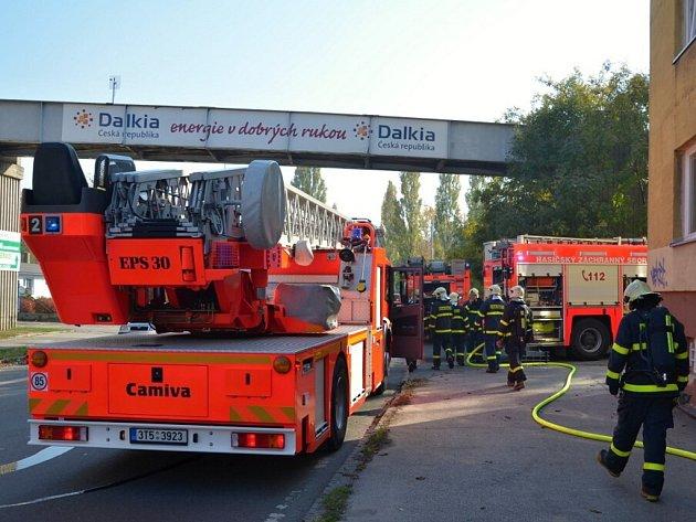 Podělní požár v Ostravě. Hasiči museli evakuovat 11 lidí.