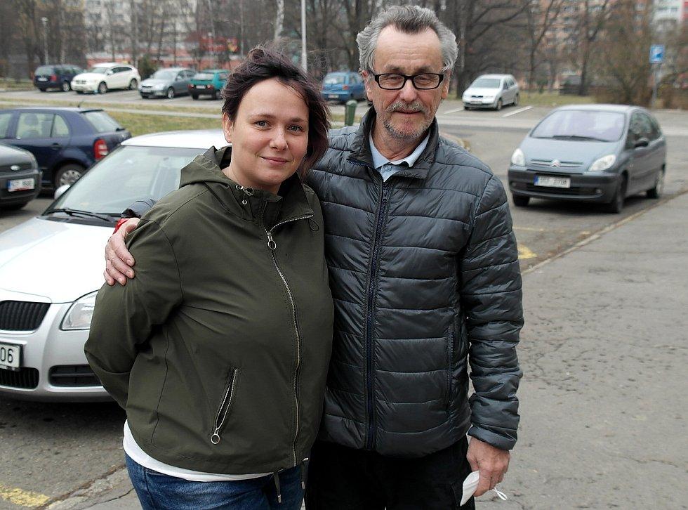 Podporu cítí mladá maminka od táty Zdeňka a zbytku rodiny, ale také od sousedství.
