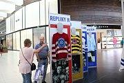 V obchodním centru Avion Shopping Park je k vidění unikátní výstava, jejímž středobodem jsou věrné repliky nejstarších, nejúspěšnějších i nejbizarnějších dresů vítkovické historie.