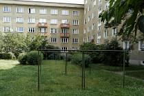 Na tomto dvoře navrhli rodiče v čele s Petrem Kubíčkem a Milanem Kalašem vytvořit sousedské posezení místo pro hry dětí i setkávání dospělých.