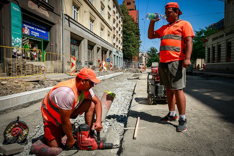 Stavební dělníci při teplotách nad třicet stupňů Celsia vypijí až třikrát více tekutin.
