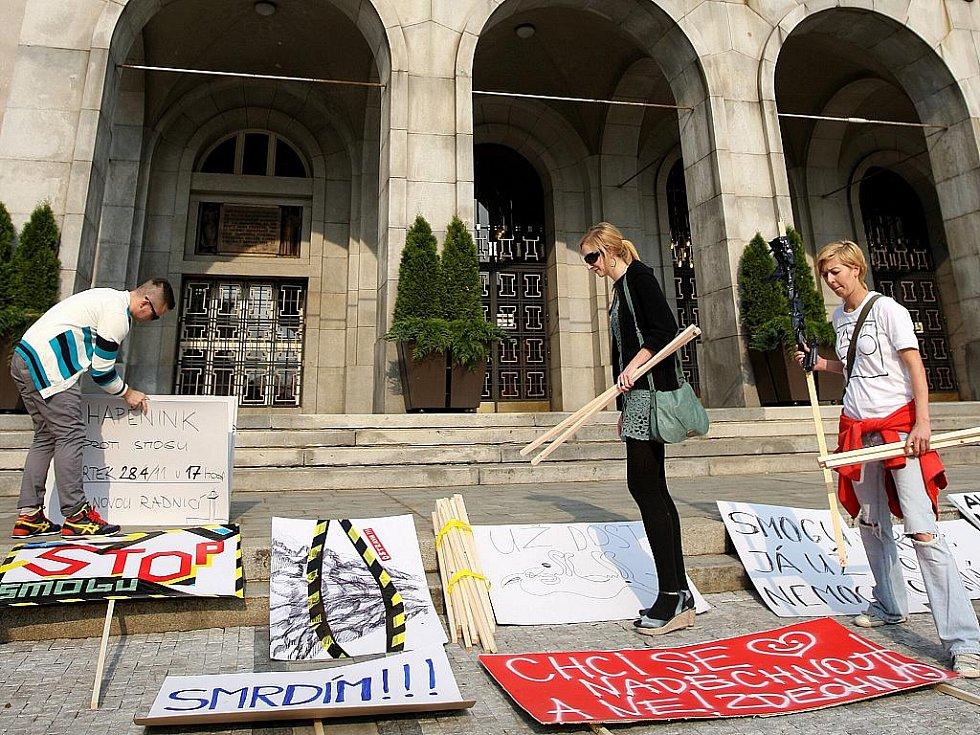 Čtvrteční happening před Novou radnicí: Lidé v Ostravě se poprvé vysmáli smogu.