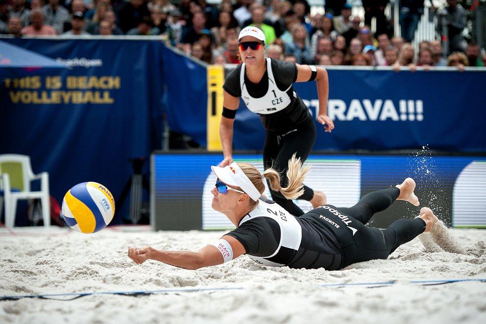 Turnaj Světového okruhu v plážovém volejbalu - zápasy o postup do osmifinále, 22. června 2018 v Ostravě. Na snímku Barbora Hermannová a Markéta Sluková.