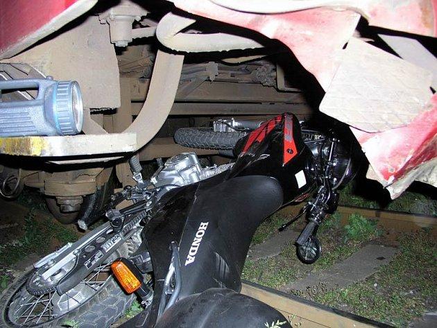 Motorkář skončil pod koly vlaku