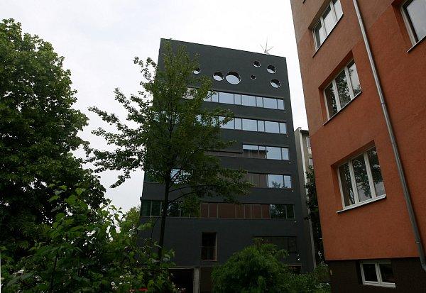 Černý dům navrhl architekt David Kotek zProjekt studia, které mimo jiné vyprojektovalo iměstský stadion ve Vítkovicích nebo rekonstrukci hlavního nádraží.