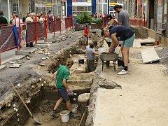 HROMADNÉ HROBY. Na rohu ostravských ulic Puchmajerovy a Zámecké se za epidemií pochovávaly oběti. Při úpravách ulic v roce 2007 se zde konal podrobný archeologický výzkum.