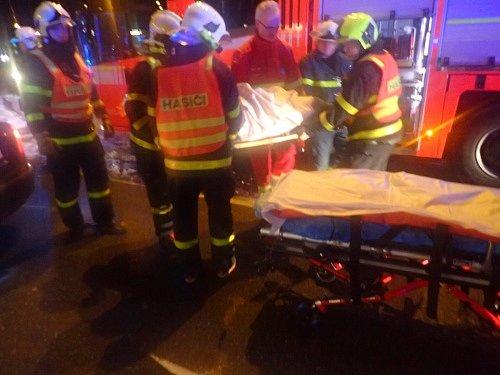 Zásah hasičů u nehody osobního automobilu a tramvaje v Ostravě.