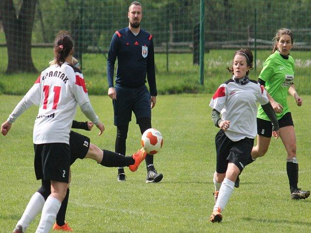 Jarní část ženské fotbalové divize, sk. A, už nabídla všechna tři vzájemná derby.