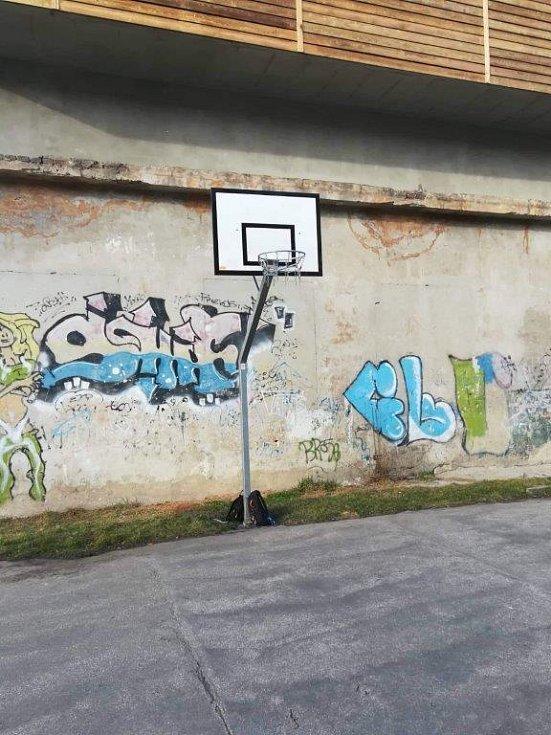 Moje oblíbené místo, kde hrajeme košíkovou. A co znamená to graffiti? To fakt nevím.