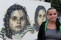 Díla našich předních výtvarných umělců můžete obdivovat na výstavě smaltů na Prokešově náměstí před Novou radnicí v Ostravě, která potrvá do 30. listopadu. Kurátorkou výstavy je Ivana Štenclová (na snímku).
