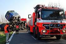 Převrácený náklaďák vyprošťovali hasiči ve středu dopoledne z příkopu na Orlovské ulici v Ostravě – Heřmanicích.