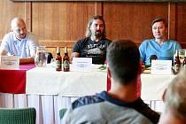 Bývalí ruští hokejisté Dmitrij Jerofejev (vpravo) a Alexandr Prokopjev (vlevo) se po patnácti letech vrátili na pozvání kamaráda Davida Moravce zpět do Ostravy.