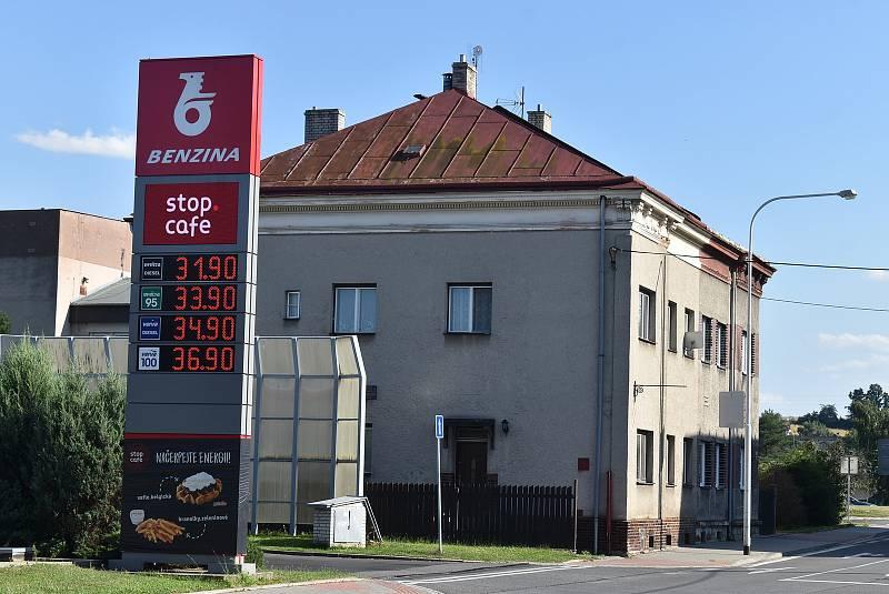 Benzin je momentálně jedražsí za posledních sedm let. Ani v Polsku není levnější. Benzina v Krnově, červenec 2021.
