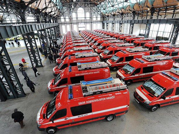 Novou techniku za více než 330 milionů korun předali ve čtvrtek v Ostravě zástupci kraje Zdravotnické záchranné službě, Hasičskému záchrannému sboru a vybraným obcím kraje.