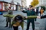 Oslavy 30. výročí Sametové revoluce v Ostravě v listopadu 2019 - studenti vytvořili řetěz, město připravilo program na Masarykově náměstí.