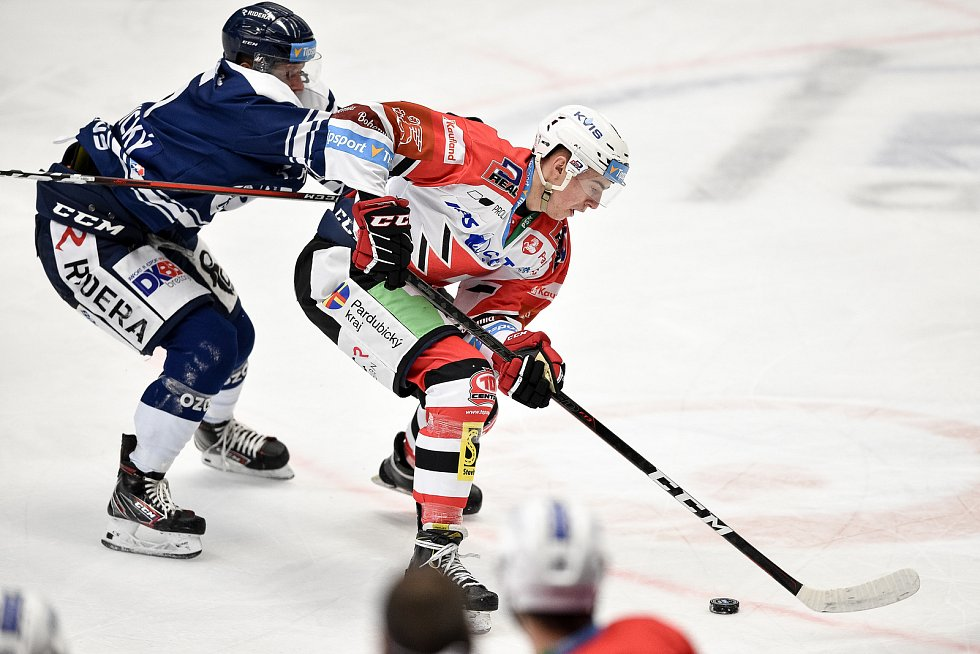 Utkání 24. kola hokejové extraligy: HC Vítkovice Ridera - HC Dynamo Pardubice, 4. prosince 2020 v Ostravě. (zleva) Vojtěch Lednický z Vítkovic a Ondřej Rohlík z Pardubic.