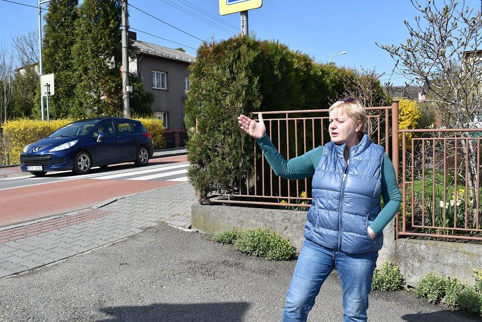 Martina Cnotová bydlí hned u silnice. Již nyní má problémy ráno vyjet autem. Až se provoz několikanásobně zvýší, bude ještě hůře. Duben 2021.