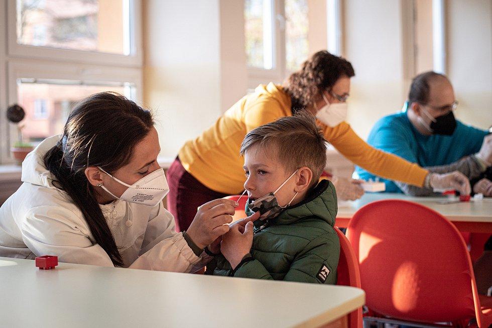 Žáci ZŠ Sekaniny provádějí antigenní testy, 12. dubna 2021 v Ostravě. Podmínkou pro účast na vyučování byl negativní test na přítomnost viru COVID-19. Rodiče pomáhají s testováním svých dětí.