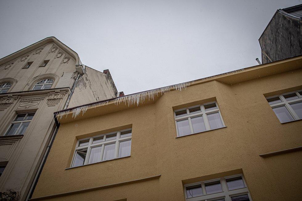 Zasněžená střecha s rampouchy, 17. února 2021 v Ostravě.
