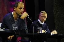 MICHAL OTAVA (vpravo), manažer halového utkání, sleduje při včerejší tiskové konferenci v ostravském klubu Heligonka legendu Sparty Vratislava Lokvence.