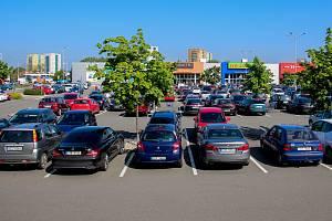 Parkoviště u obchodního centra v Ostravě. Ilustrační foto.
