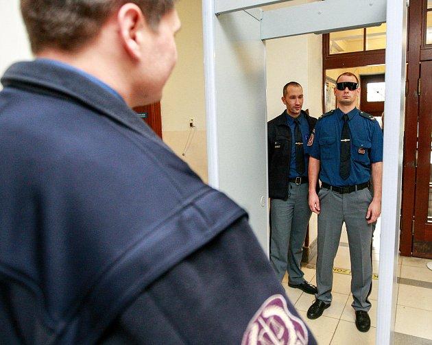 Cvičení nazvané Zásady bezpečnostních prohlídek u nevidomých lidí s vodícími psy absolvovali v pátek příslušníci ostravské justiční stráže.