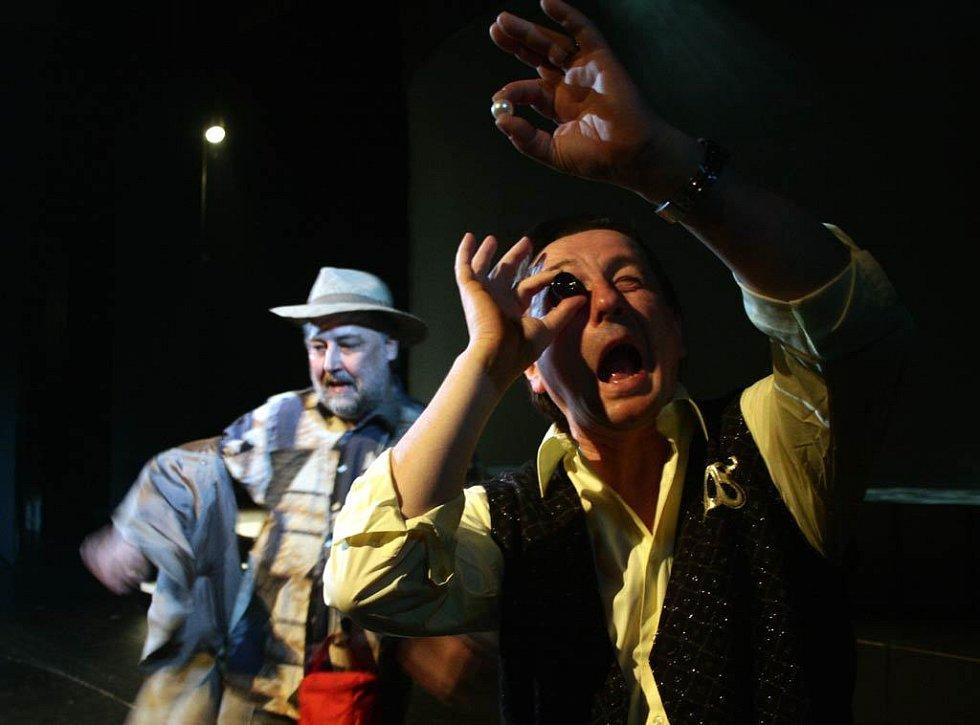 Jan Fišar a Tomáš Jirman v dramatizaci Čapkova románu Válka s Mloky