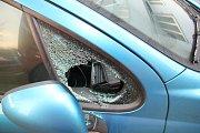Muž při krádeži dálničních známek rozbíjel boční okénka.