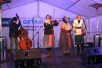 Snímek z vystoupení folklorního souboru Morava na vánočních trzích.