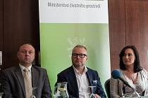 Ministr životního prostředí Tomáš Chalupa (uprostřed) tvrdí, že pokud bude plán opatření směřujících ke zlepšení ovzduší plněn, poklesne znečištění o třetinu.