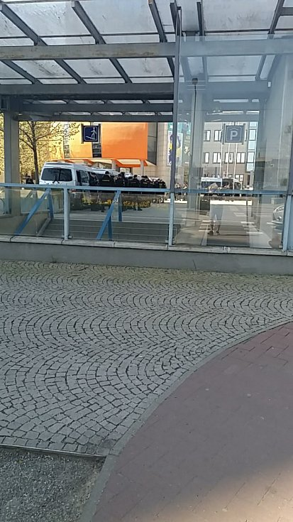 Policisté u nádraží v Olomouci čekají na příjezd fanoušků Baníku.