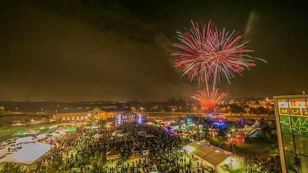 Prostranství mezi obchodním a zábavním centrem Forum Nová Karolina a Trojhalím bude až do soboty patřit pátému ročníku již tradičního dvoudenního pivního a hudebního festivalu Karolina Oktobeerfest.