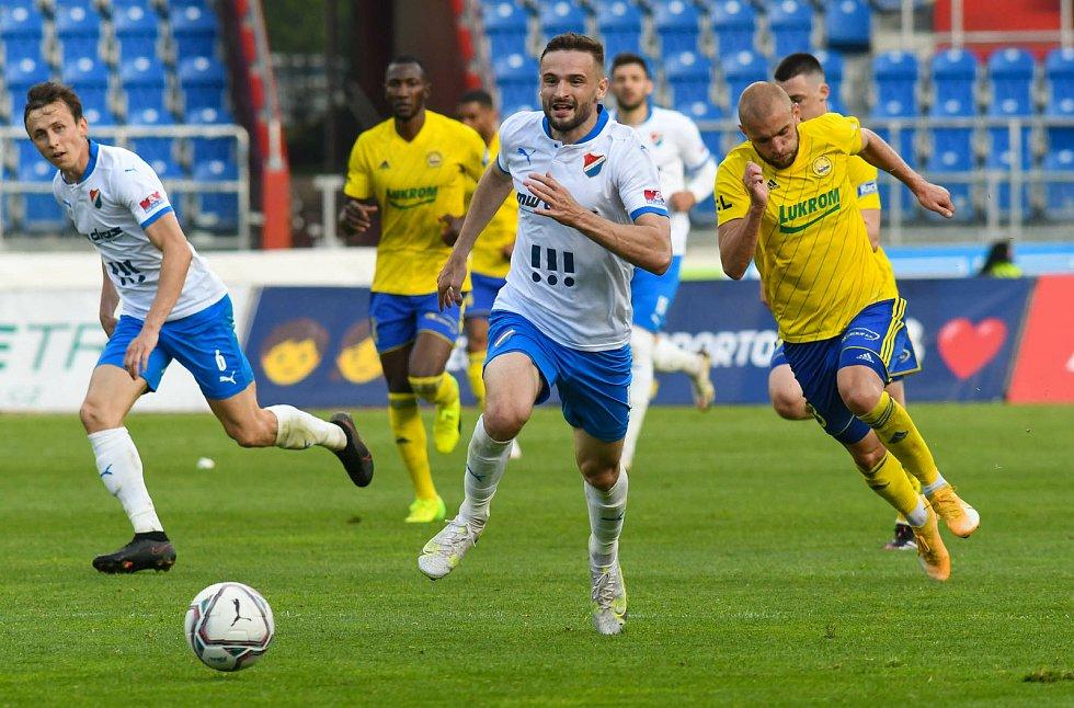Fotbalisté Baníku Ostrava odehráli v sobotu 15. května 2021 utkání 32. ligového kola se Zlínem. Domácí útočník Tomáš Zajíc pádí na branku Fastavu.