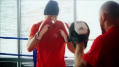 Útočník Ocelářů Kamil Kreps v roli boxera před kamerami absolvoval tvrdé tréninky.