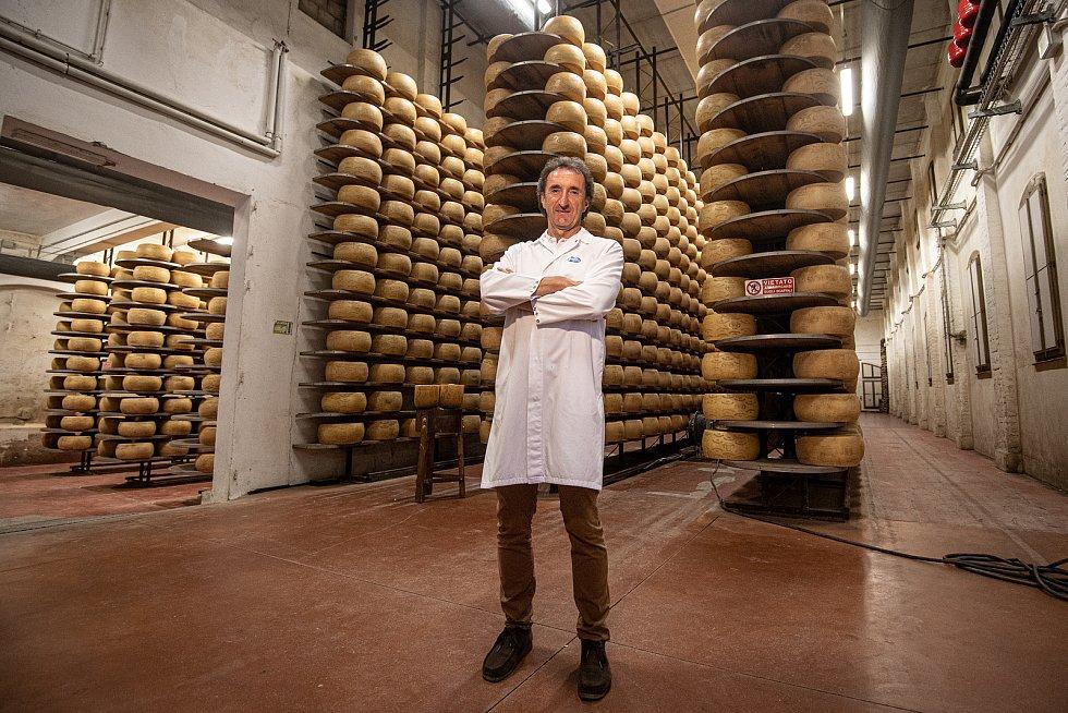 Tradiční sklad sýrů společnosti Gran Moravia, 11. srpna 2021 v Bevadoro, Itálie. Majitel společnosti Roberto Brazzale.