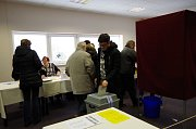 Ve volební místnosti v klubovně školní tělocvičny ve Městě Albrechticích to zatím vypadá, že přijde více voličů než v prvním kole. Foto: Petra Hanusová