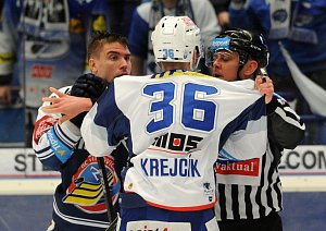 ZKLAMANÝ byl po bleskovém vyřazení s Brnem kapitán Vítkovic Rostislav Olesz (vlevo).