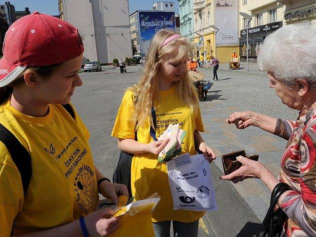 Lidé v Ostravě také přispívali na boj proti rakovině koupí květinky.