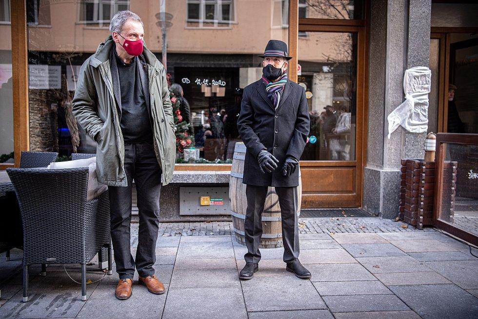 Slavnostní odhalení pamětní desky komiku Josefu Kobrovi, 21. prosince 2020 v Ostravě. (Zleva) ředitel NDM Jiří Nekvasil a primátor Ostravy Tomáš Macura.