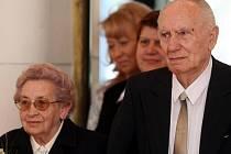 Karel Krmelín a jeho žena Zdeňka si své první ano řekli před pětašedesáti lety. V sobotu 24. dubna 2010 oslavili pětašedesát let manželského života při obřadu v radnici obvodu Ostrava-Jih.
