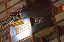 Zásah hasičů u nočního požáru v Ostravě.