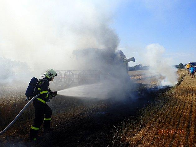 Zásah hasičů u požár kombajnu na poli ve Staré Bělé.