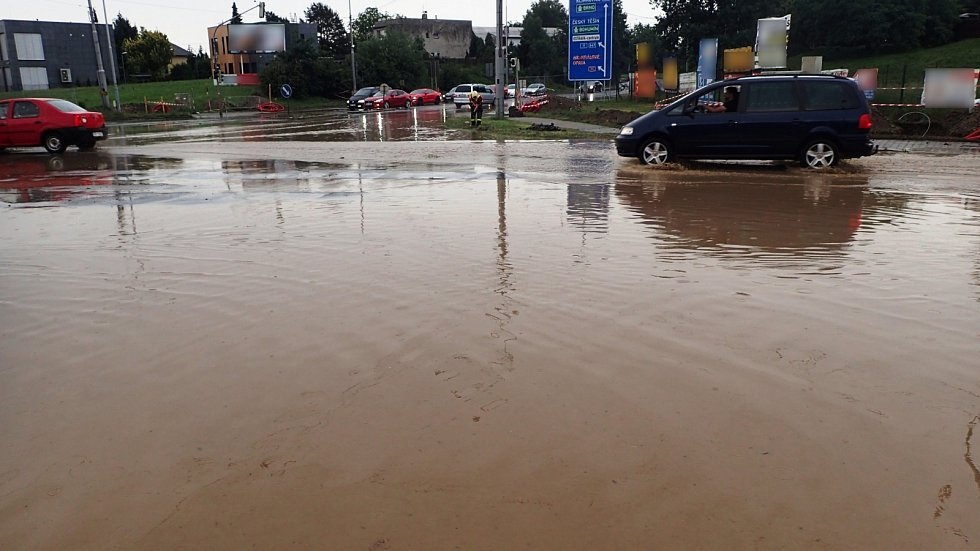 Sobotní zásah hasičů u zatopené křižovatky ulic Vřešinská a 17.listopadu v Ostravě..